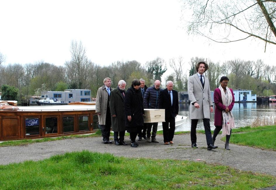Begrafenis zorgvlied water op boot dood dragers familie nabestaanden