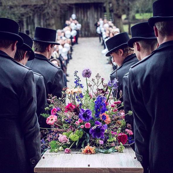 Dragers-bloemen-kist-stoet-erehaag-uitvaart