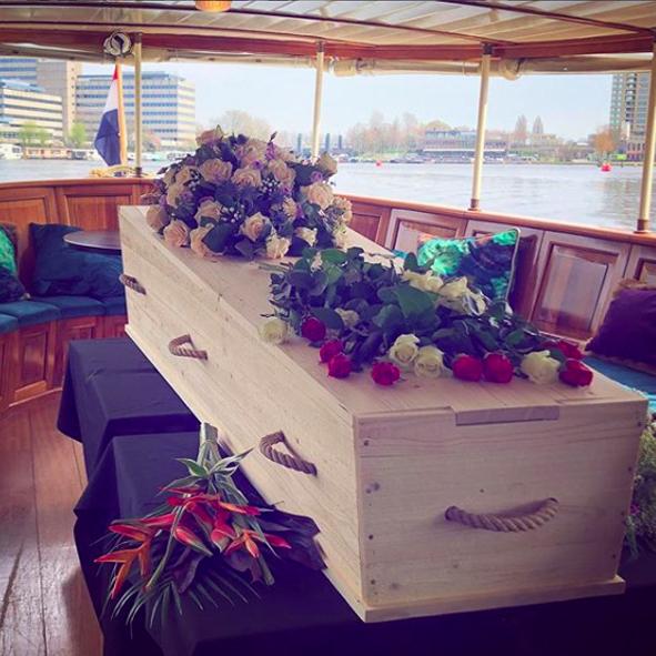 wateruitvaart-amsterdam-bloemen-salonboot-afscheid