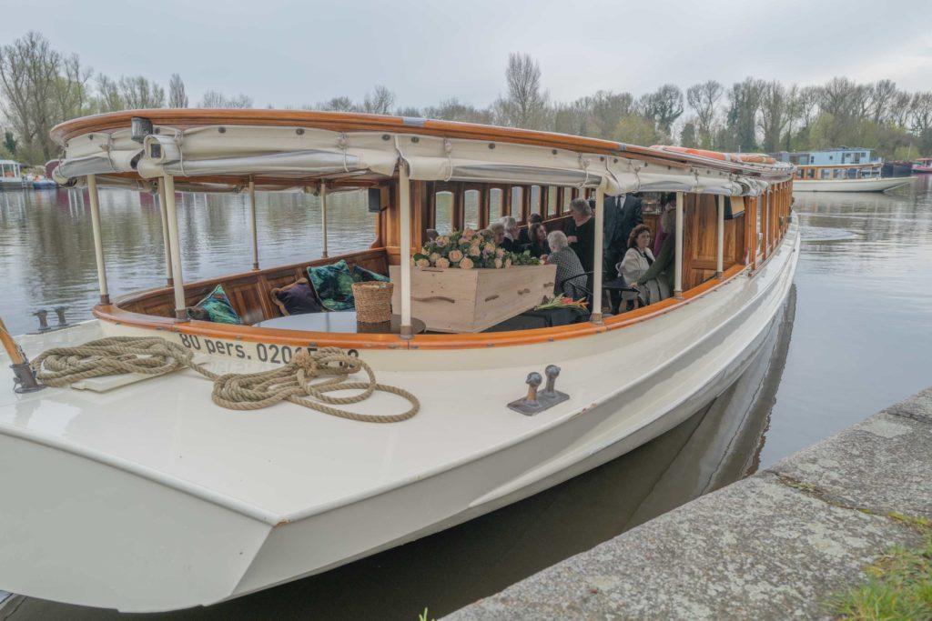 wateruitvaart-kist-bloemen-dragers-amsterdam-amstel