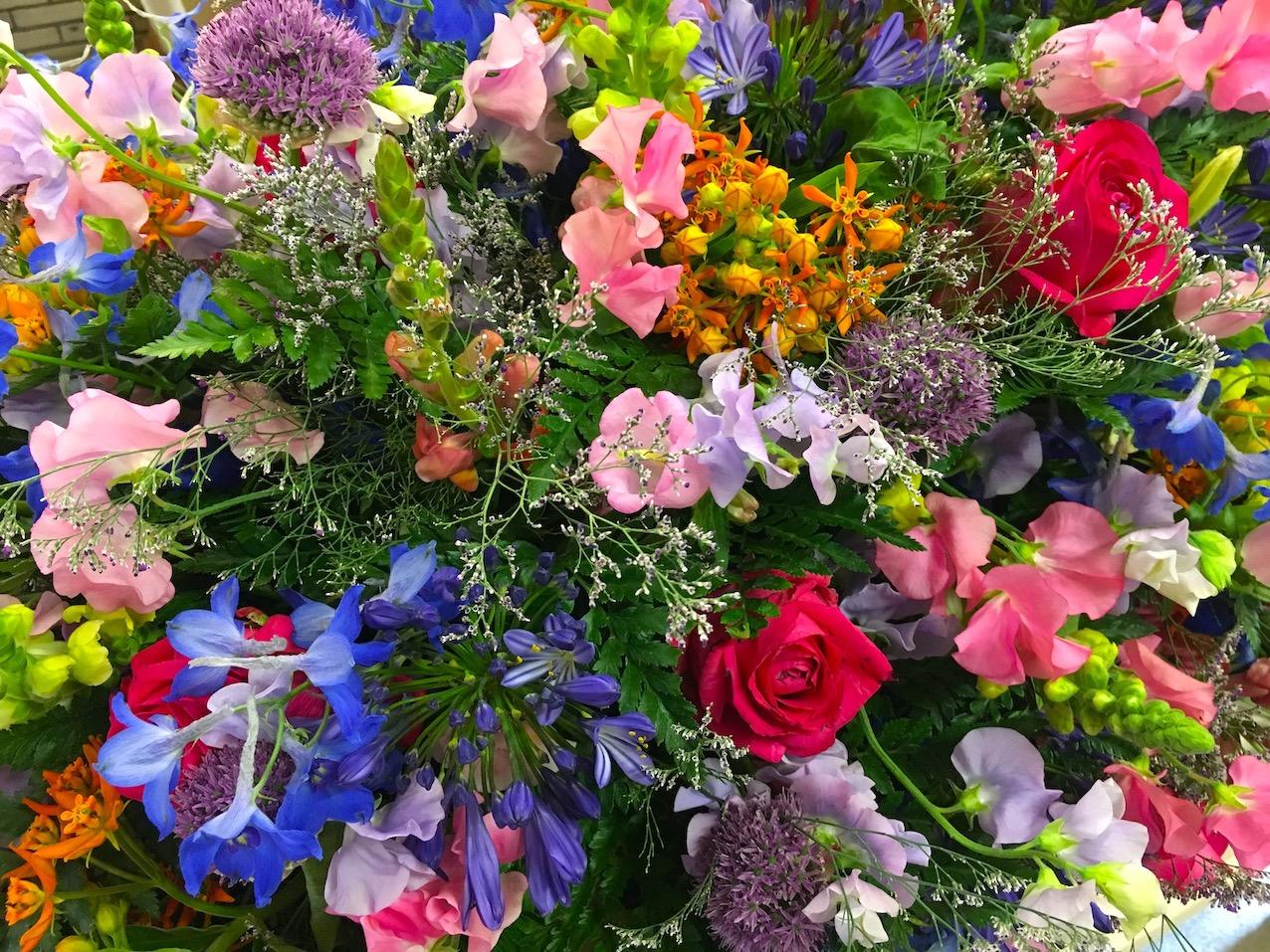 bloemen-rouwstuk-rouwboeket-uitvaart-kleuren