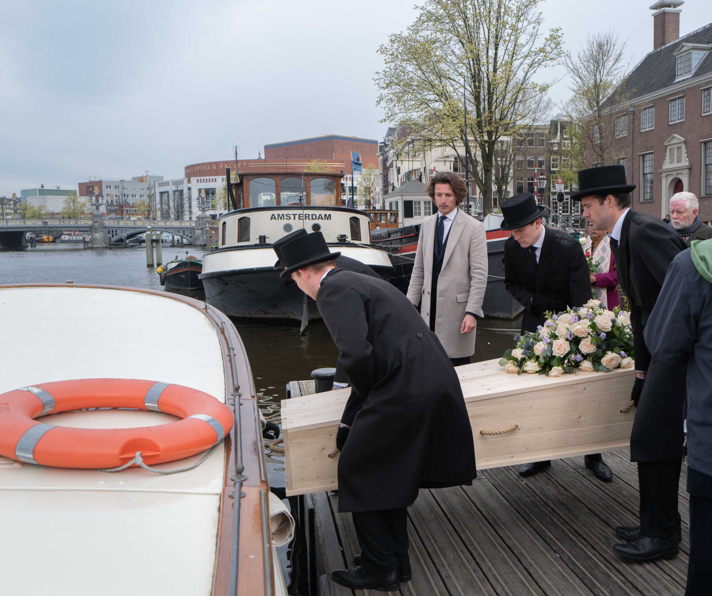 wateruitvaart-amsterdam-salonboot-belle-rederij-amstel-dragers-bloemen