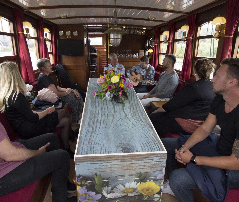 Lijkkist rouwkist op boot salonboot