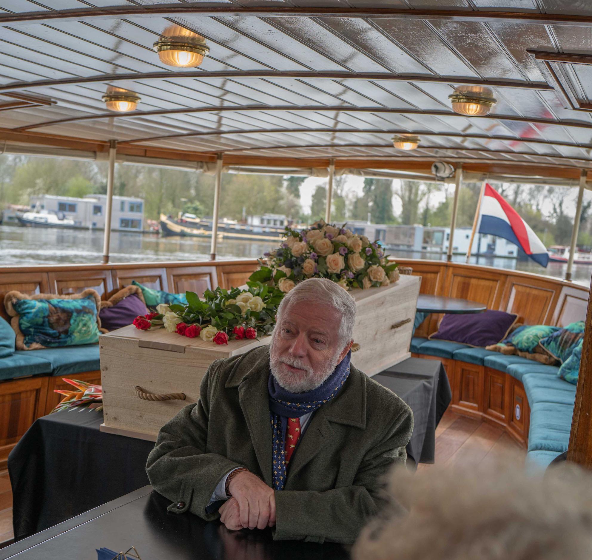 wateruitvaart kist aan boord boot afscheid