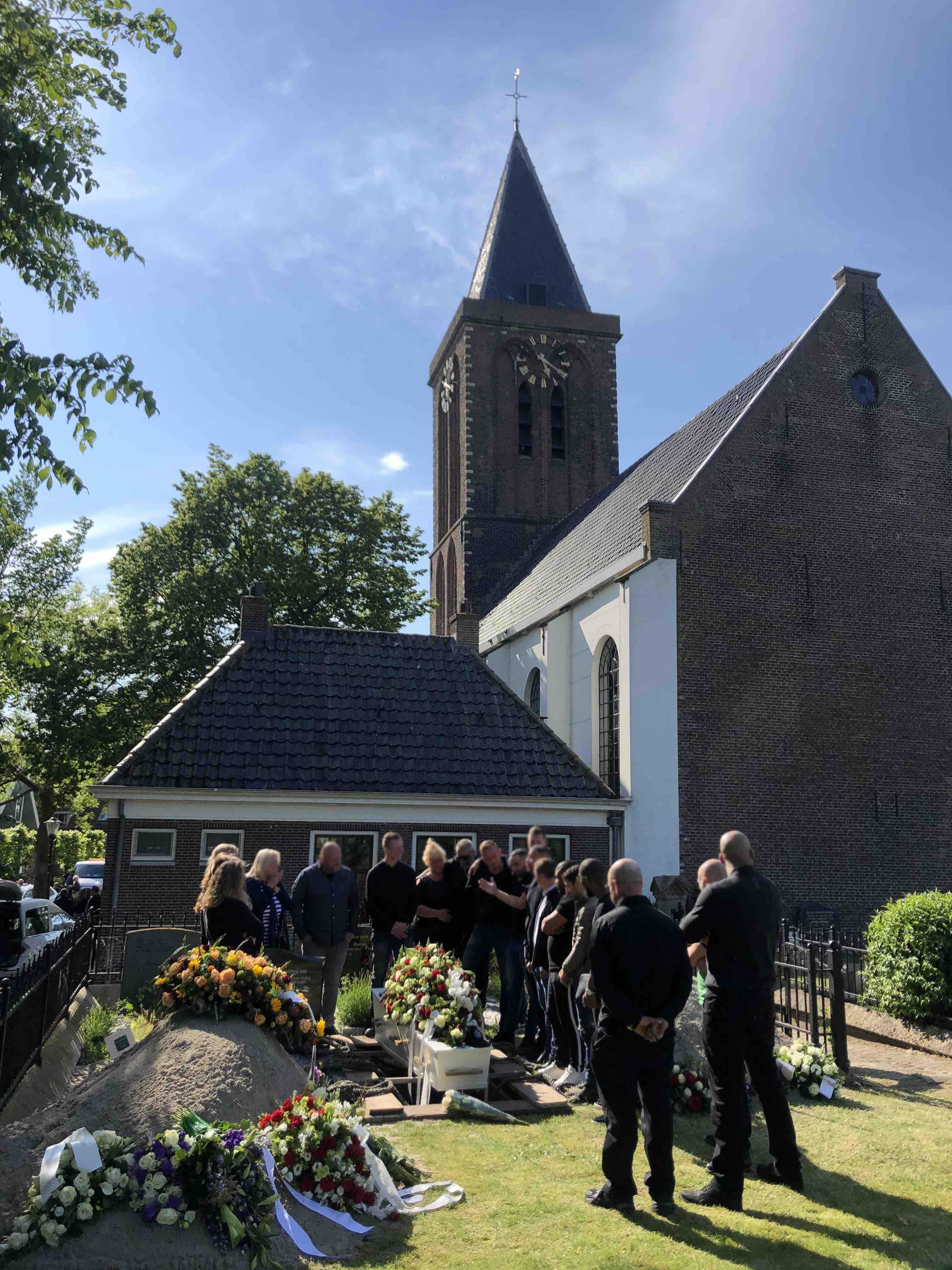 Begrafenis Zunderdorp Amsterdam graf bloemen