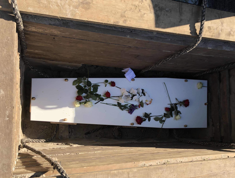 Begrafenis Zunderdorp graf dalen met touwen