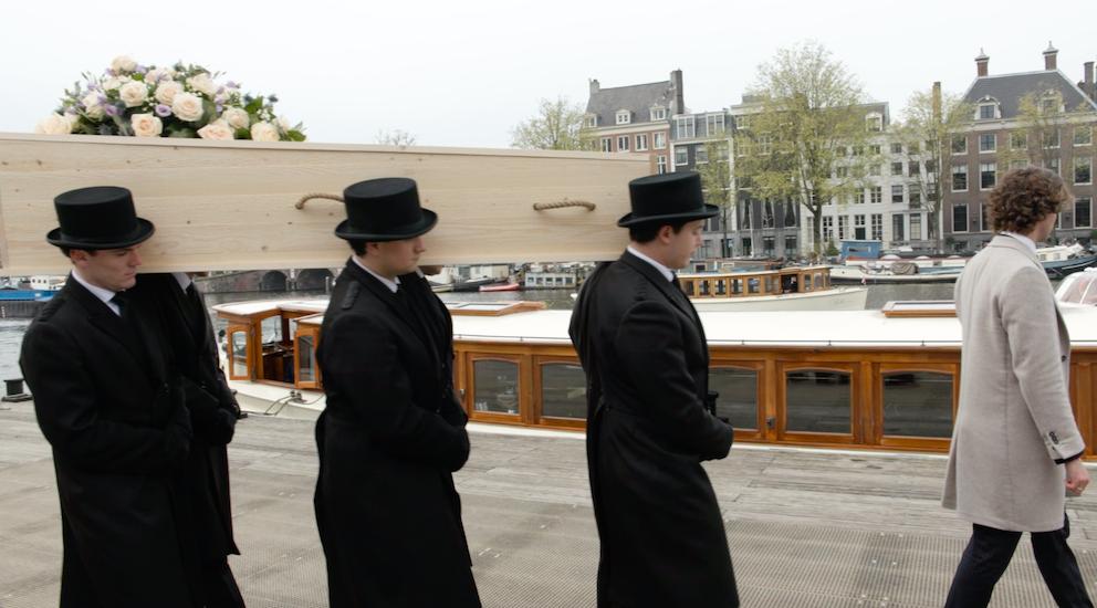 Amstel Amsterdam Gracht Kist op schouder dragers uitvaart over water salonboot