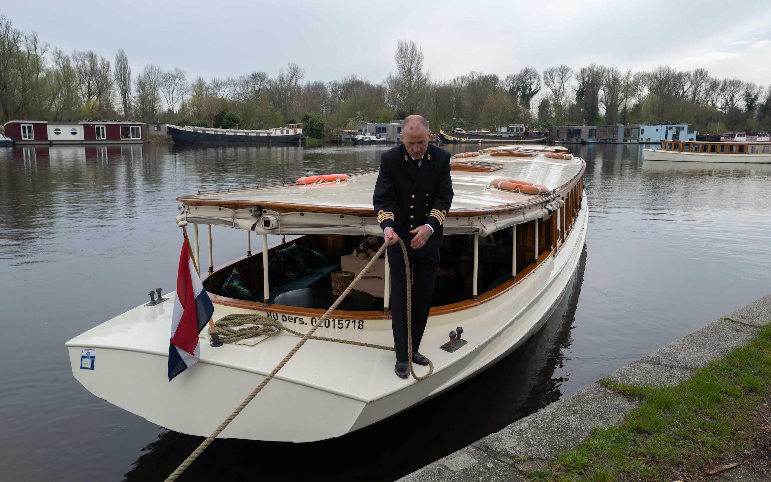 uitvaart per boot amstel zorgvlied kist salonboot wateruitvaart