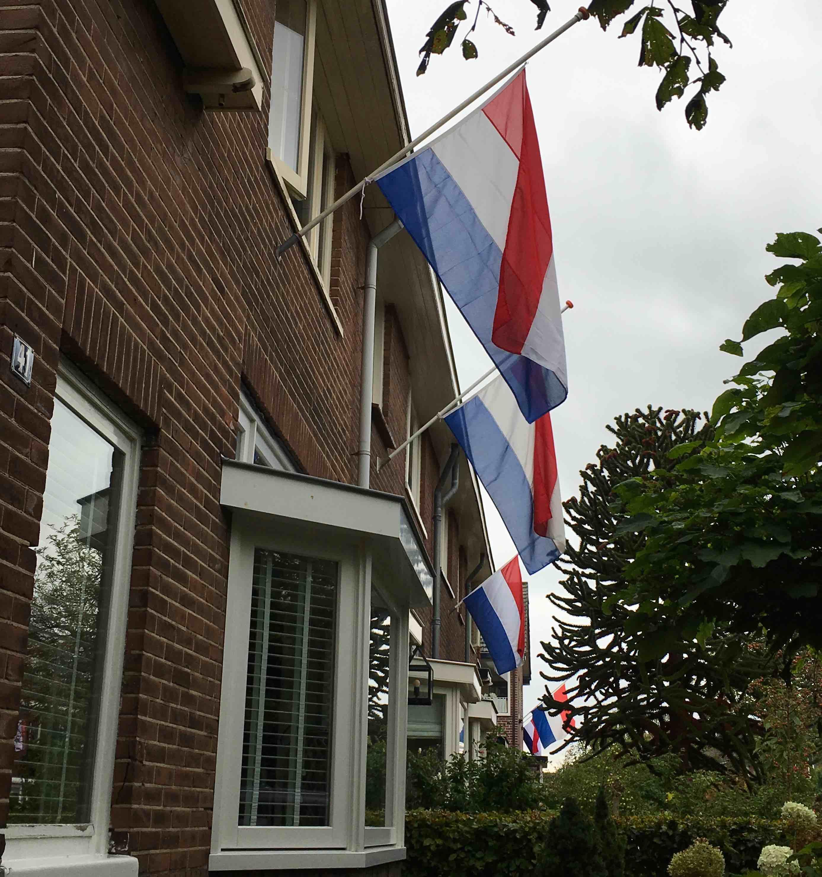 Vlag halfstok overleden buurvrouw