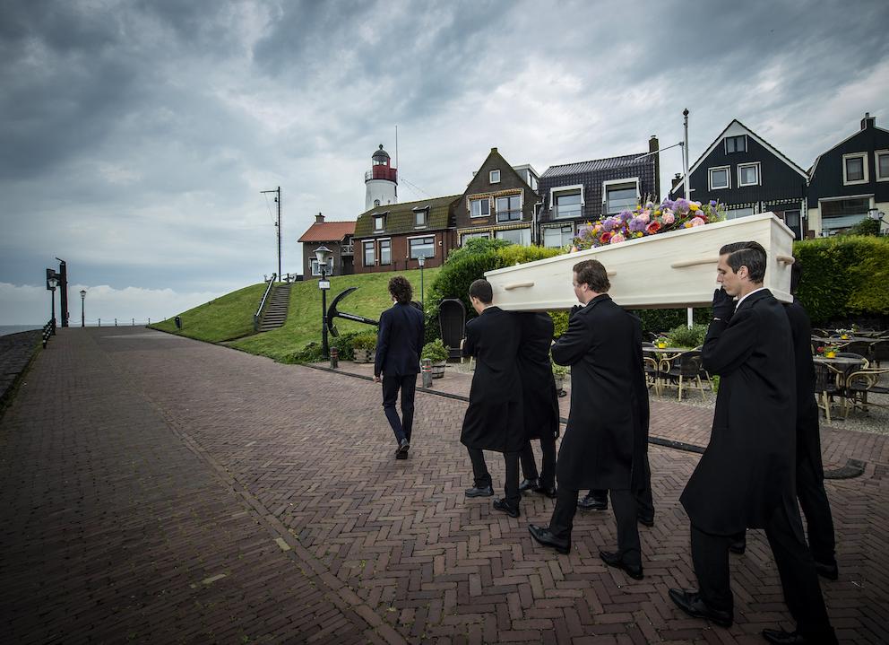 Dragers uitvaart begrafenis Iede Hoorn vuurtoren oude dorp ijsselmeer flevoland