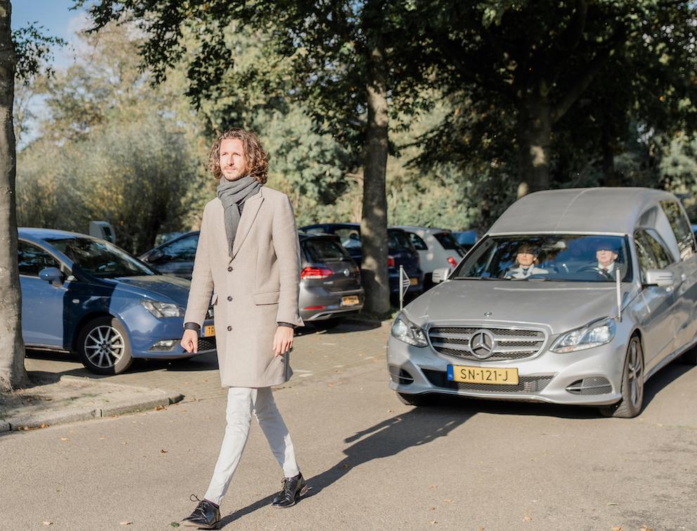 voorlopen voor de rouw wagen lijk auto weesp noord-holland amsterdam