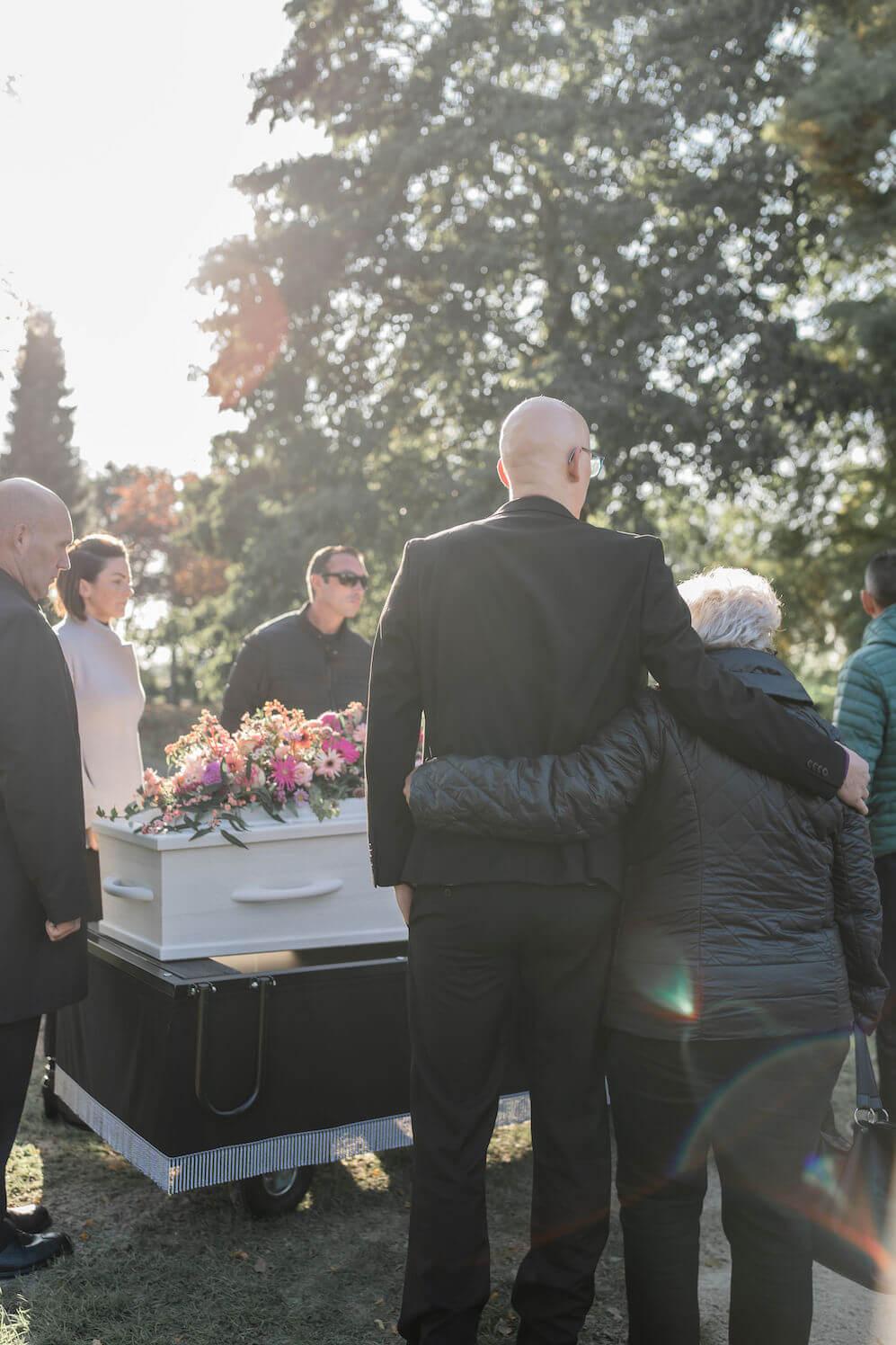 uitvaart afscheid begrafenis weesp nabestaanden bij kist met bloemen