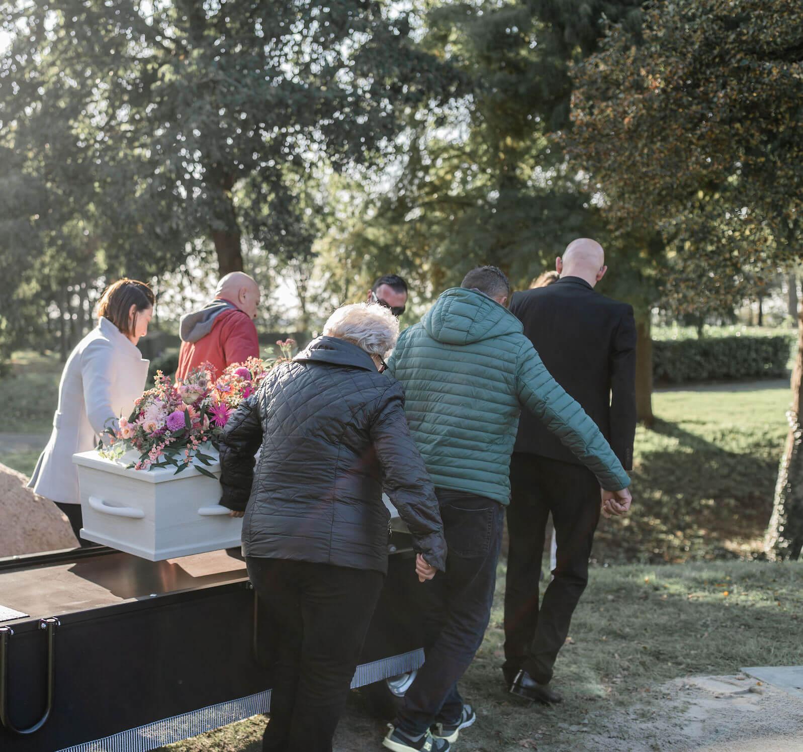 kist op rijdende baar begrafenis graf Carspelhof Weesp Noord-Holland
