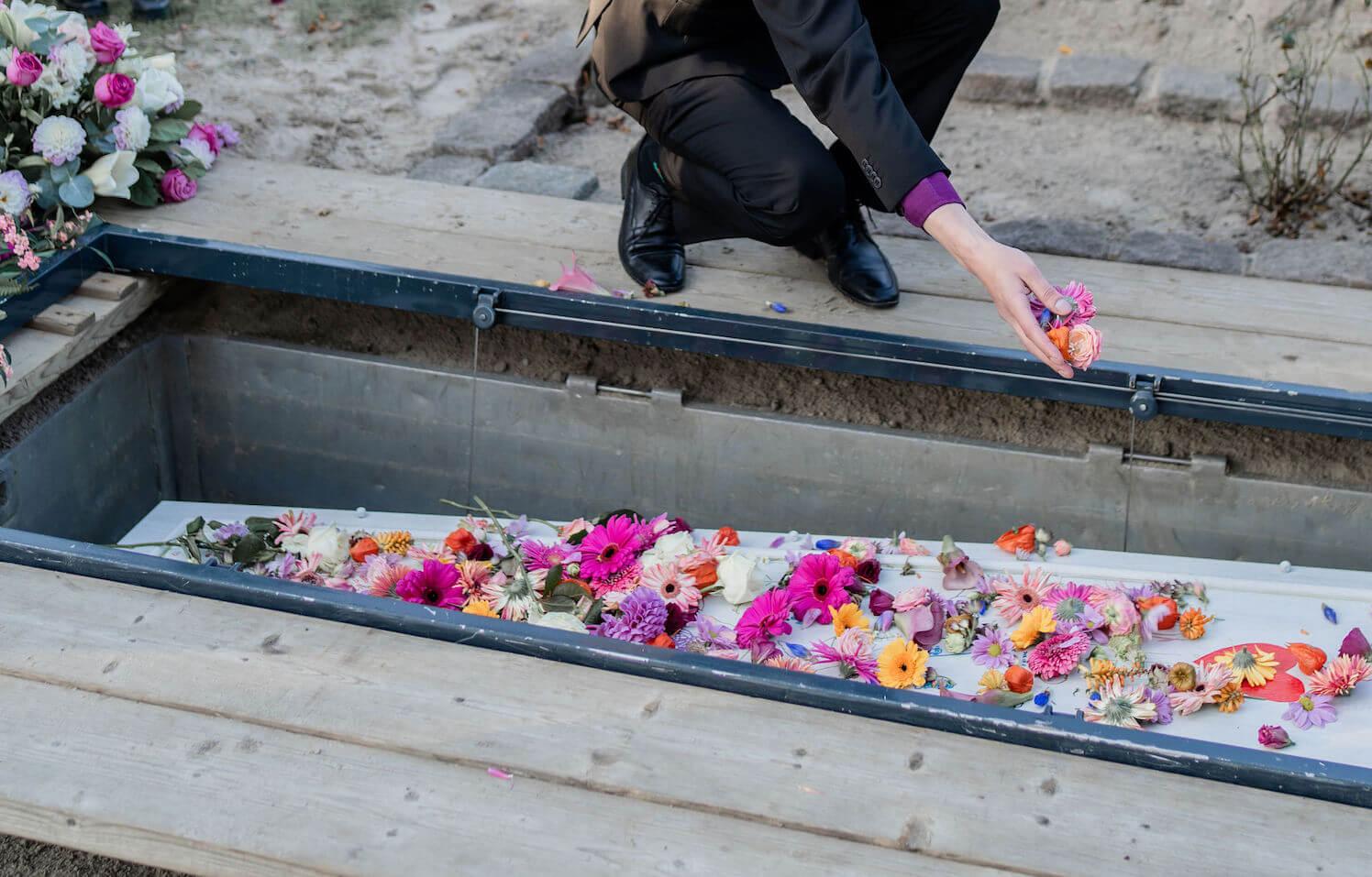 begrafenis graf carspelhof weesp uitvaart strooien bloemen zoon mama