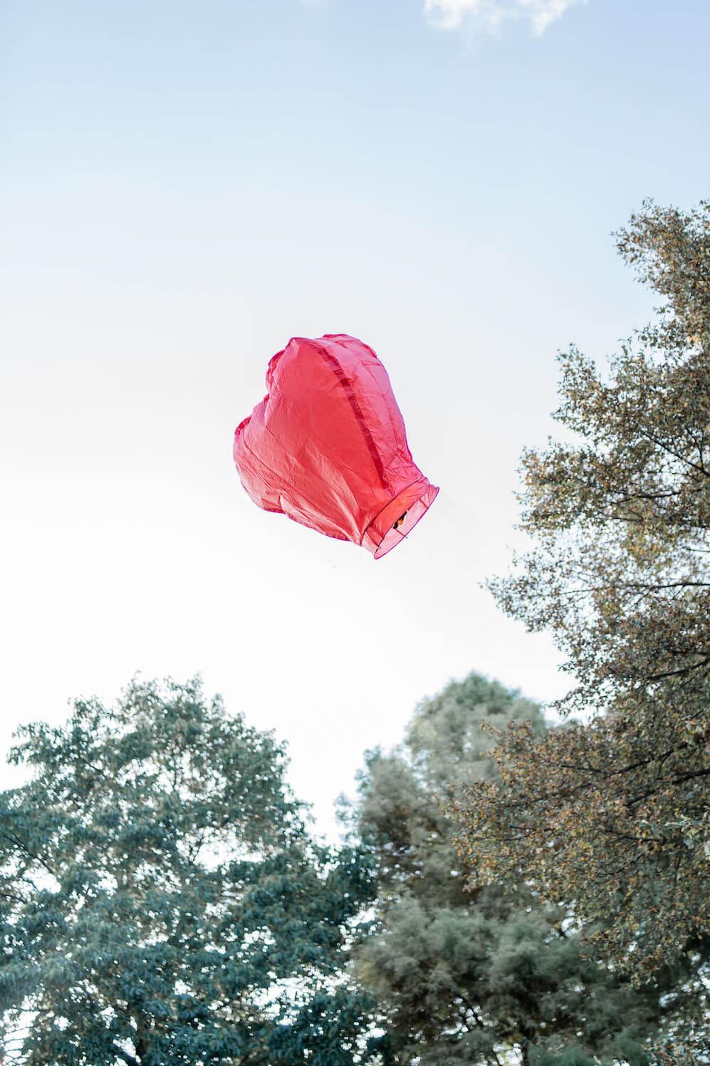 wensballon begrafenis weesp lucht blauw bomen