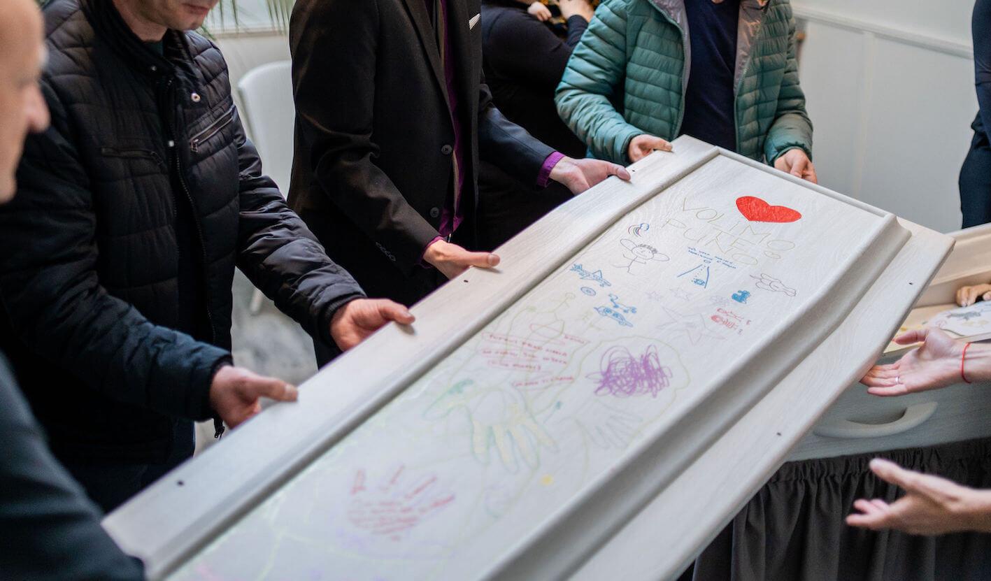 sluiten rouwkist met nabestaanden schilderen tekenen op kist dood