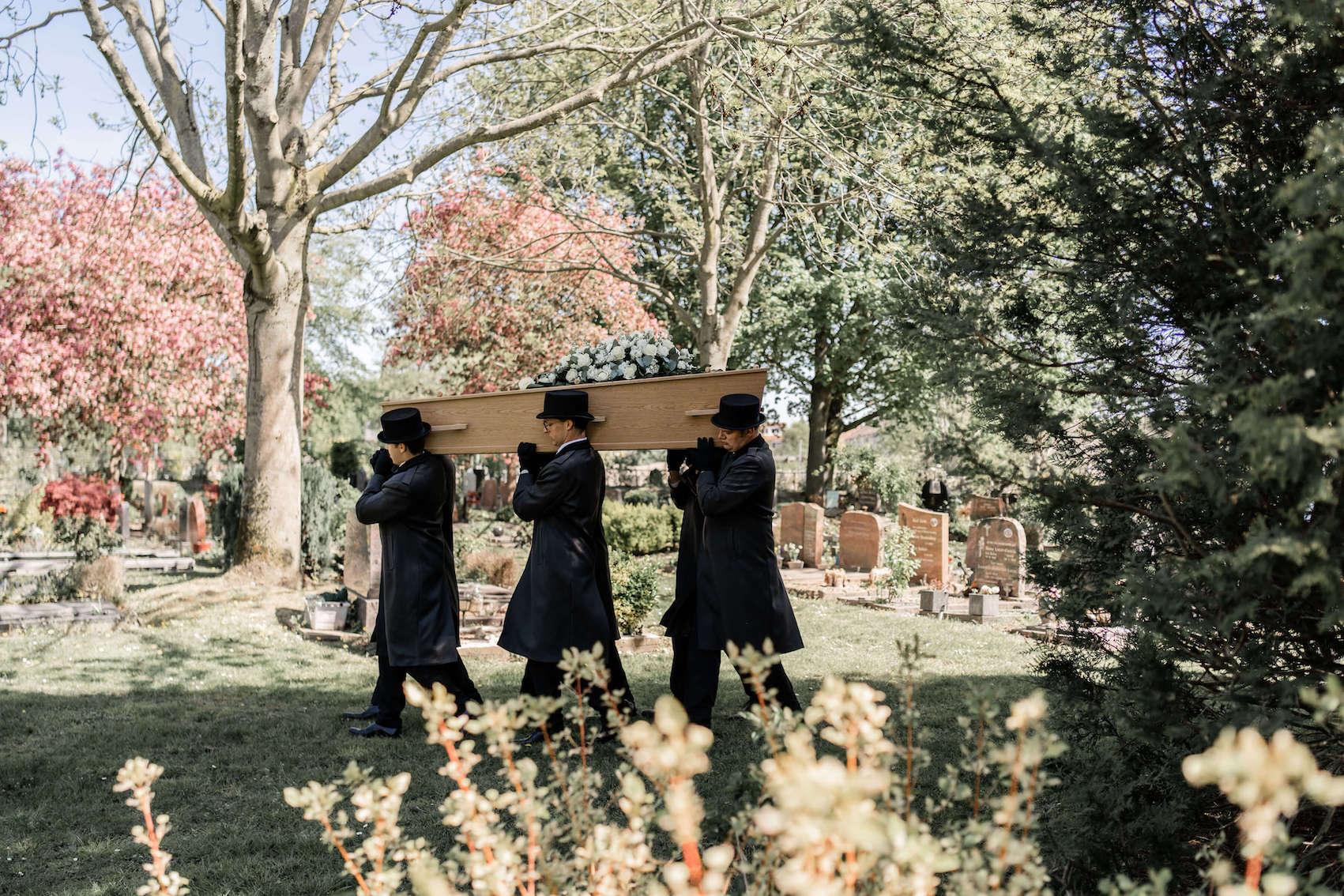 dragers-schouderen-uitvaart-begrafenis