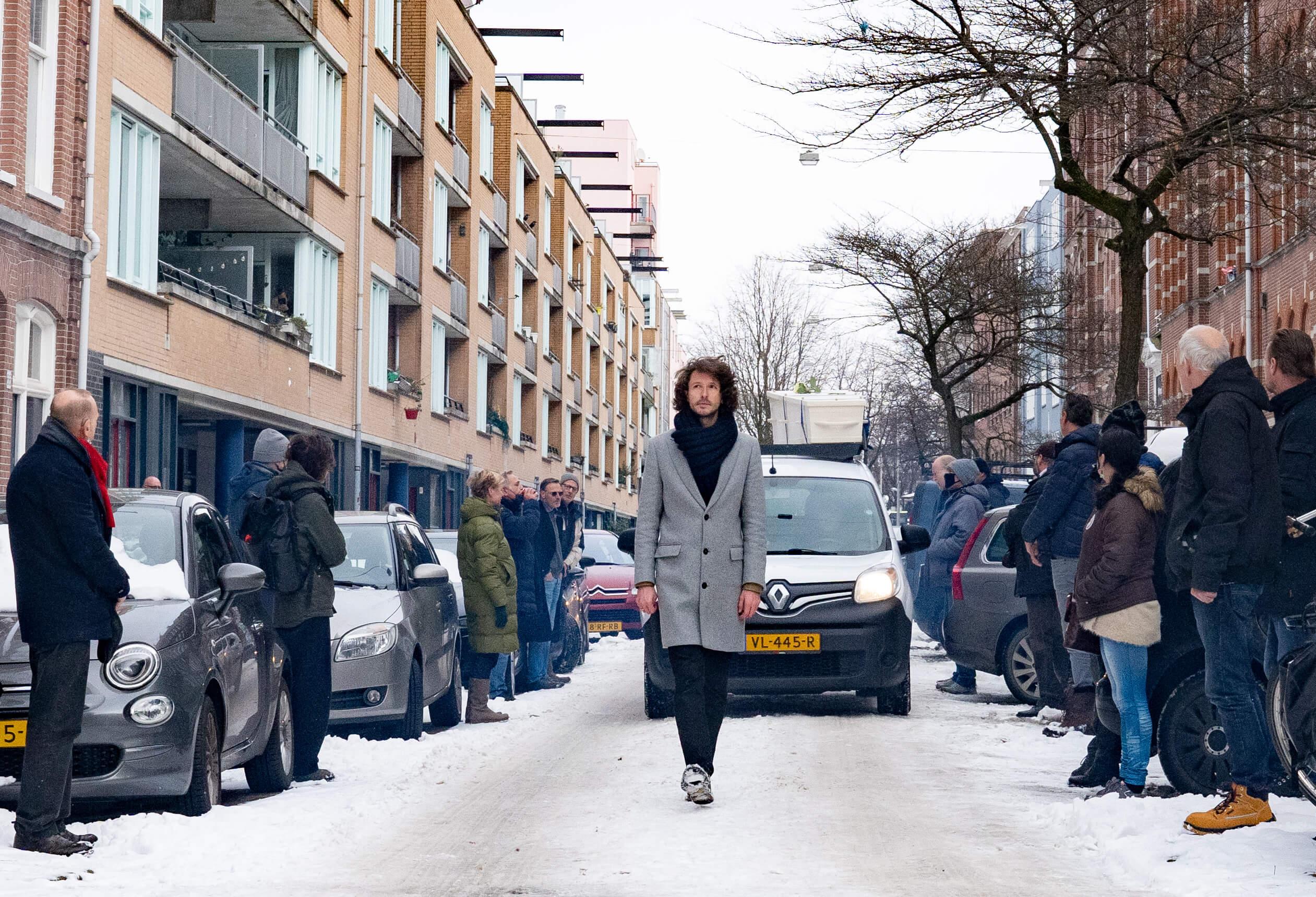 winter-uitvaart-kist-op-dak