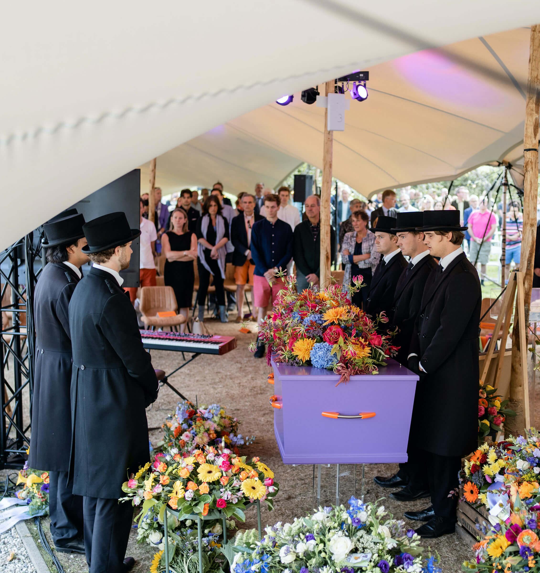 paarse-kist-uitvaart-bloemen-kleur