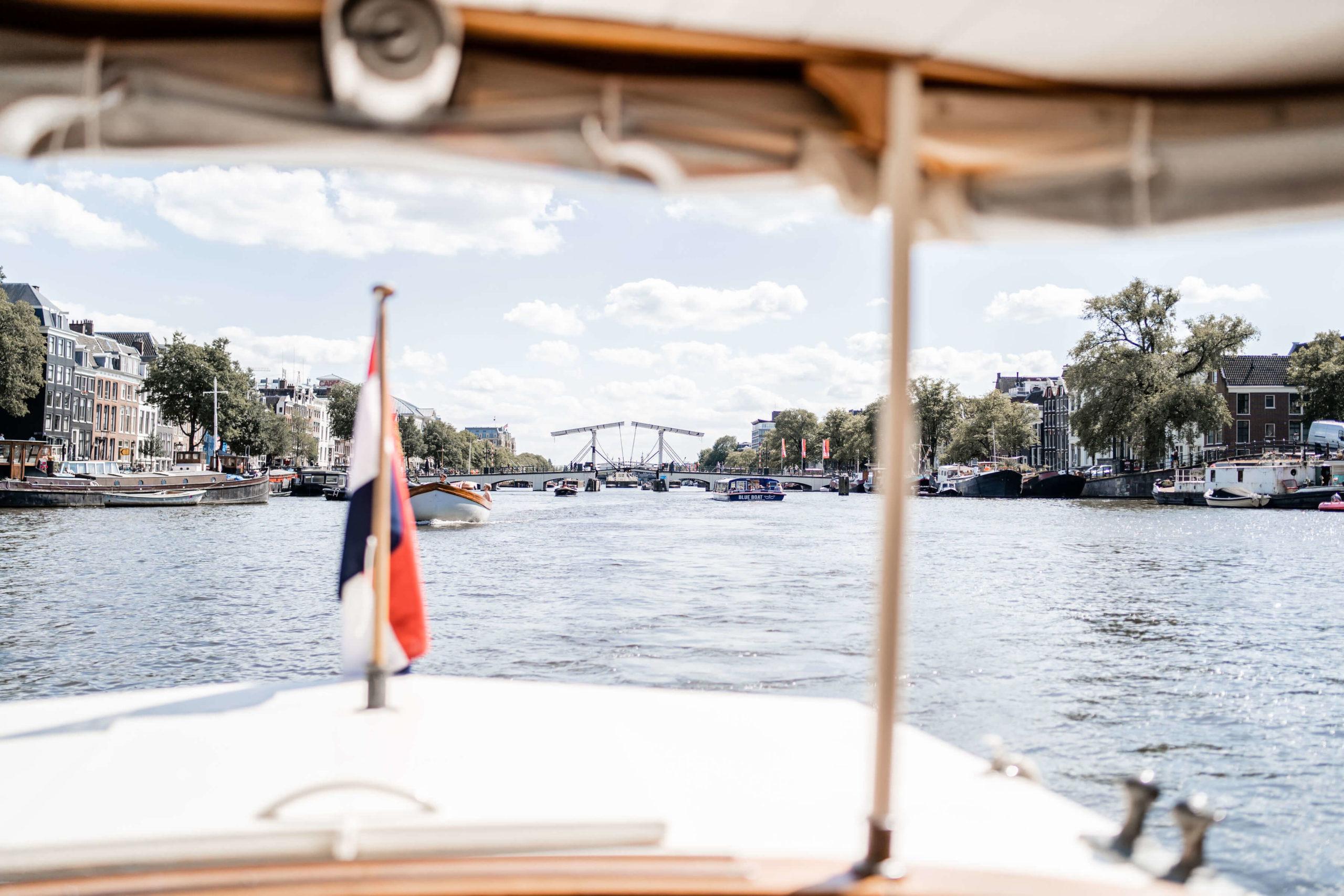 water-afscheid-uitvaart-salonboot-amstel-magerebrug