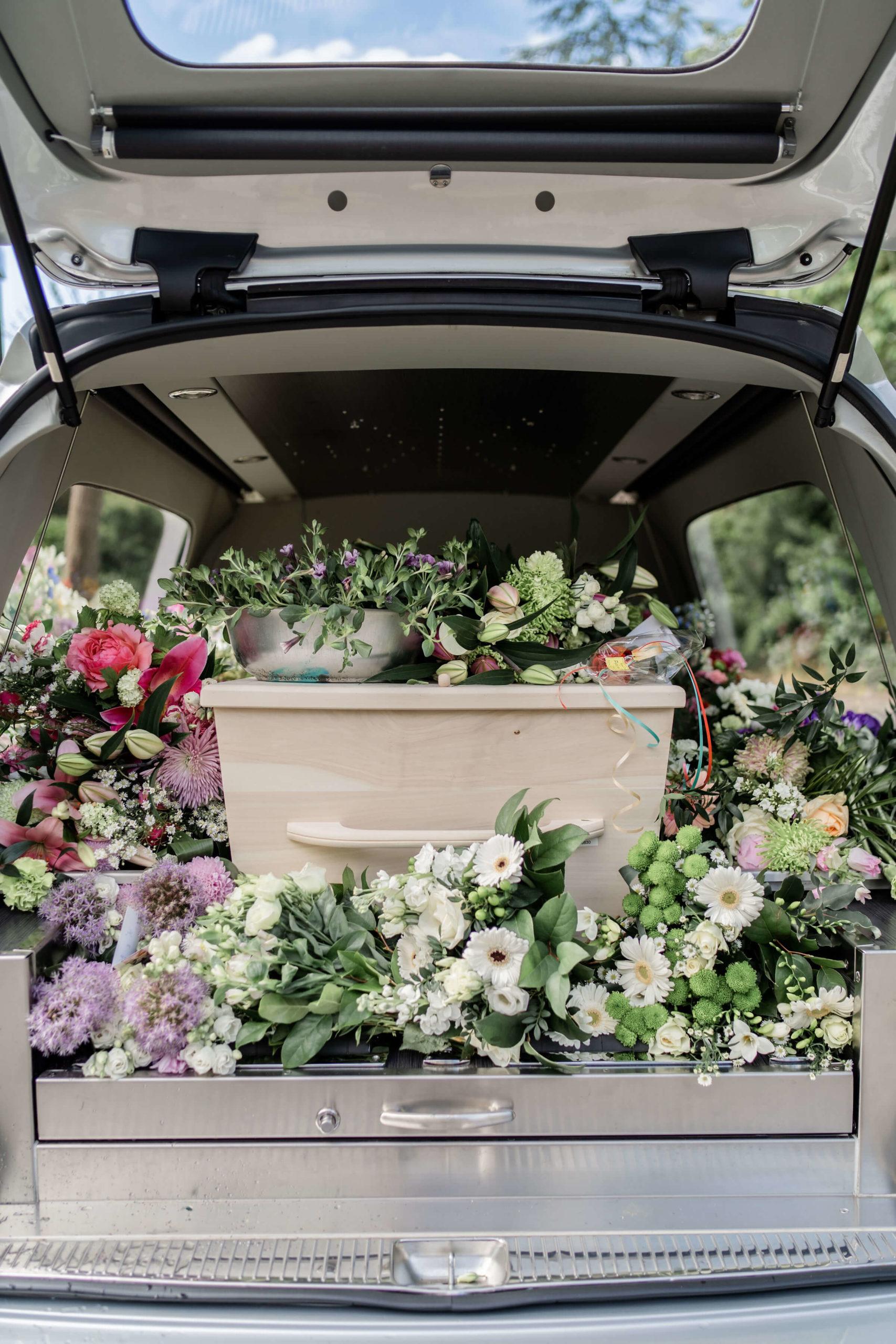 rouwwagen-bloemen-kist-afscheid