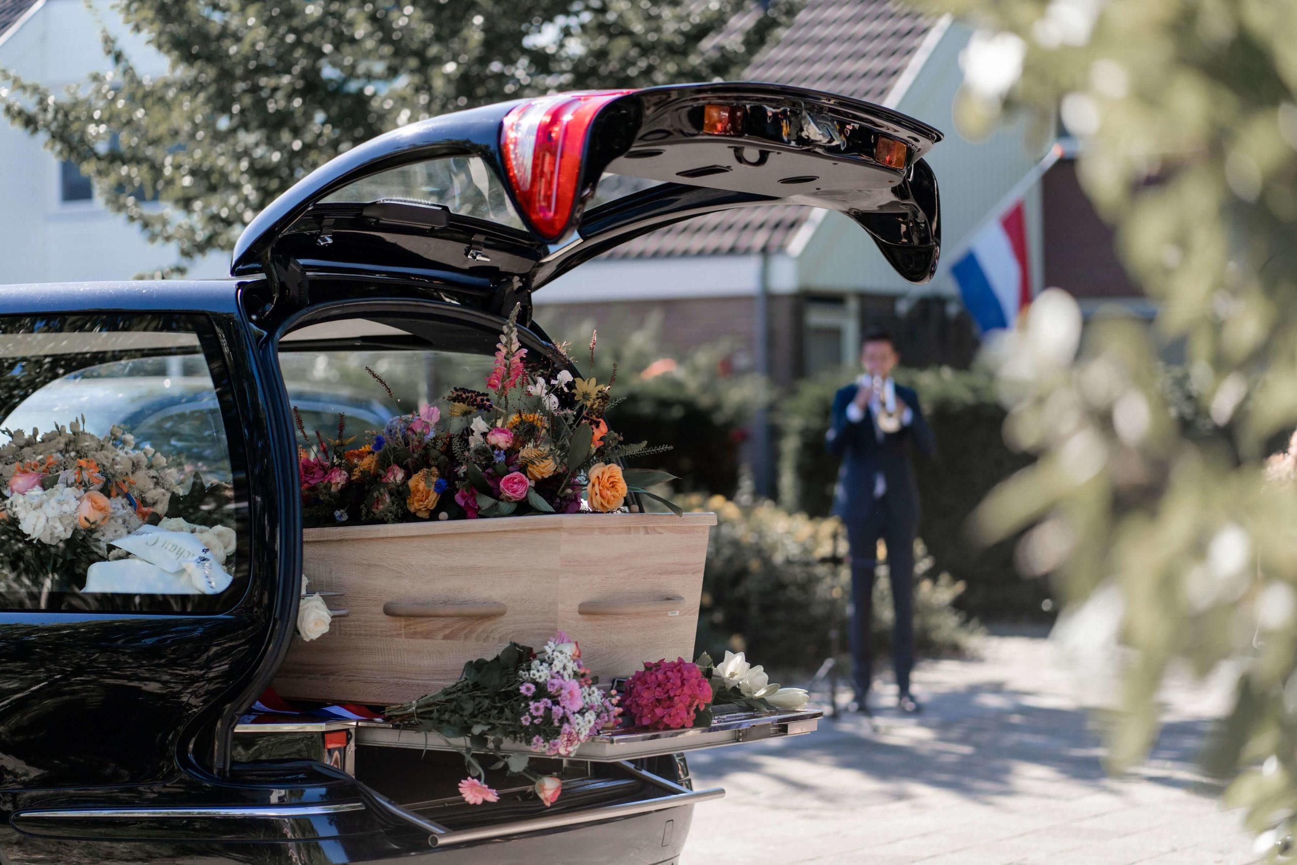 live-muziek-trompet-bloemen-wagen